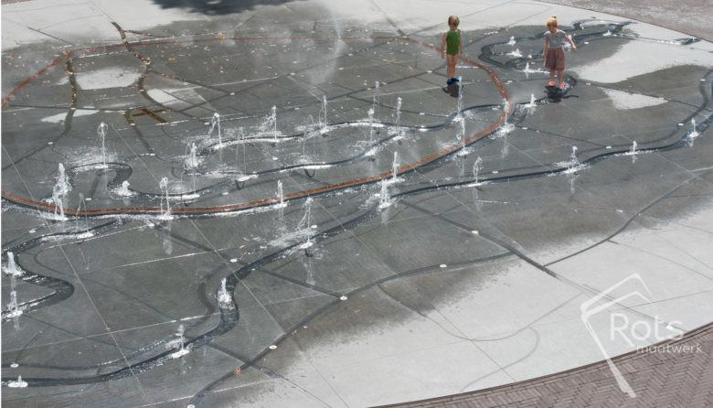 fontein, fonteinen, Leuven, belgie, Hooverplein, plein, aannemer, bedriegertjes, nevel, mist, stad, binnenstad, markt, evenementen, evenementenplein, kermis, cultuurplein, spelen, water, plattegrond, maatwerk, graniet, hardsteen, natuursteen, gevlamd, gezoet, namen, letters, corten, staal, verblijven, ontmoeten, ontmoeting, fontijn, fontijnen, waterkunstwerk, water, hitte, hittestress, kwaliteit, pleinen, steden, centrum, stadsplein, samen, kinderen, kind, parken, spel, spelen, spelenderwijs, onderzoeken, techniek, fonteintechniek, turn-key, bouwteam, leverancier, producent, spuiters, bedriegertjes, bedriegertje, fonteinspuiter, stadsfontein, LED, verlichting, verhaal, fluxx, stromen, stroompjes, grachten